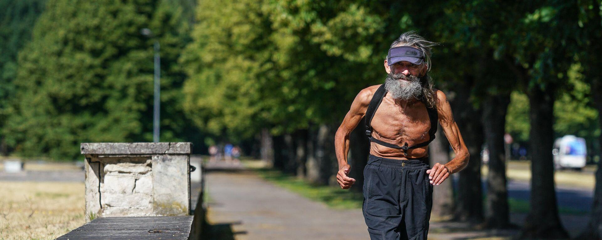 Пожилой человек бежит по парку - Sputnik Латвия, 1920, 07.04.2021