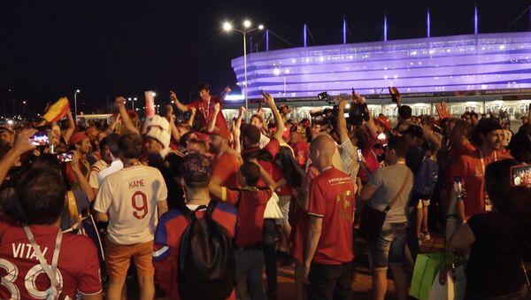 Futbola fani no Anglijas un Beļģijas brāļojās pēc mača Kaļiņingradā - Sputnik Latvija