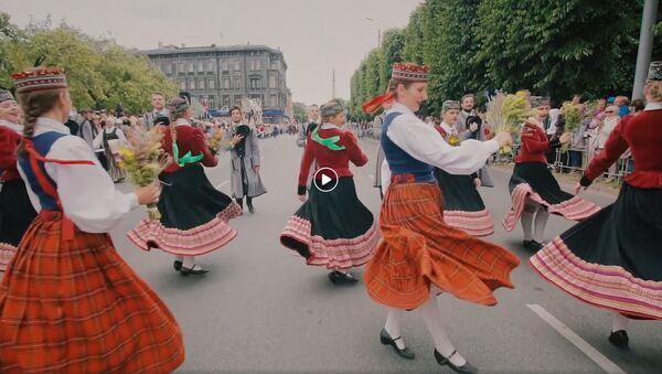 Торжественное шествие участников XXVI Вселатвийского праздника песни и XVI Праздника танца - Sputnik Латвия