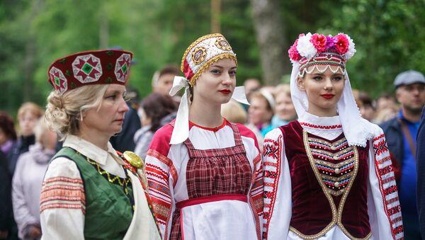 Девушки в национальных костюмах Латвии, России и Белоруссии - Sputnik Латвия