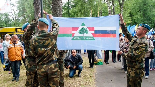 Белорусские десантники с официальным флагом Кургана Дружбы - Sputnik Латвия
