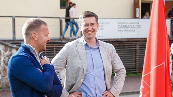 Кандидат в премьеры от партии Согласие Вячеслав Домбровский (справа) - Sputnik Latvija