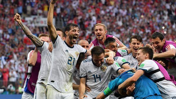Игроки сборной России радуются победе в матче 1/8 финала чемпионата мира по футболу между сборными Испании и России. - Sputnik Латвия