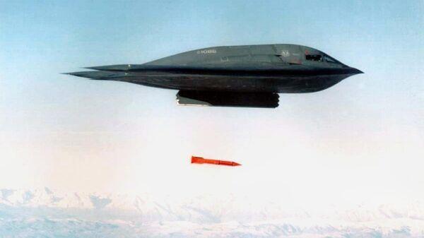 Американский бомбардировщик B-2 Spirit сбрасывает бомбу  B61. Архивное фото - Sputnik Latvija