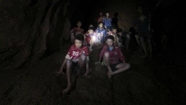 Пропавшие без вести мальчики в пещерном комплексе в провинции Мае Саи на севере Таиланда. 2 июля 2018 - Sputnik Латвия
