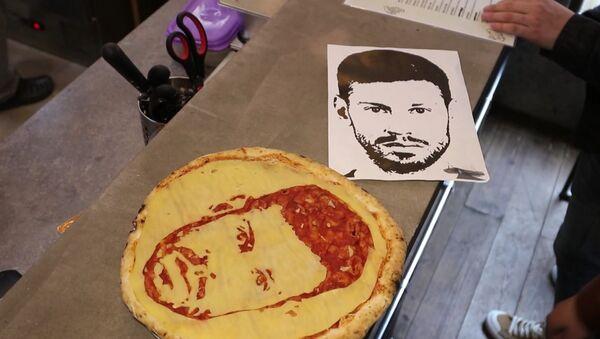 Футбольные пиццы делают в одном из ресторанов Петербурга - Sputnik Latvija