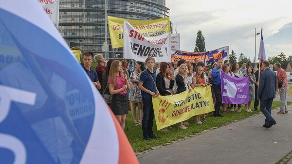 Пикет против латвийской реформы образования в Страсбурге, 4 июля 2018 - Sputnik Latvija