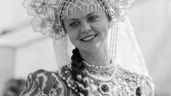 Жительница Москвы в русском национальном костюме участвует в церемонии награждения победителей XXII Олимпийских игр, 1980 год - Sputnik Латвия