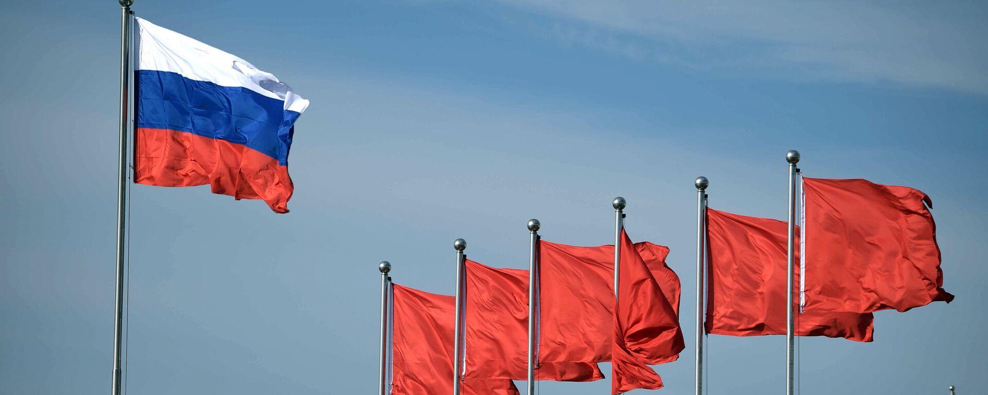 Флаг России и флаги КНР - Sputnik Latvija, 1920, 20.12.2020