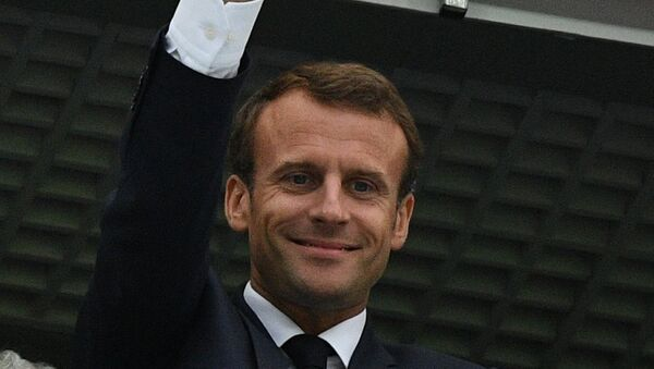 Президент Франции Эммануэль Макрон на зрительской трибуне перед полуфинальным матчем чемпионата мира по футболу между сборными Франции и Бельгии. - Sputnik Latvija
