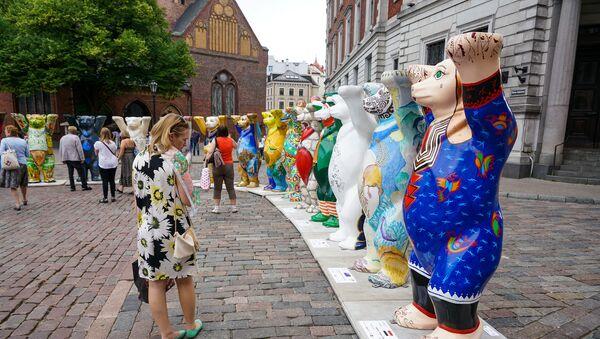 Выставка берлинских мишек United Buddy Bears на Домской площади в Риге - Sputnik Latvija