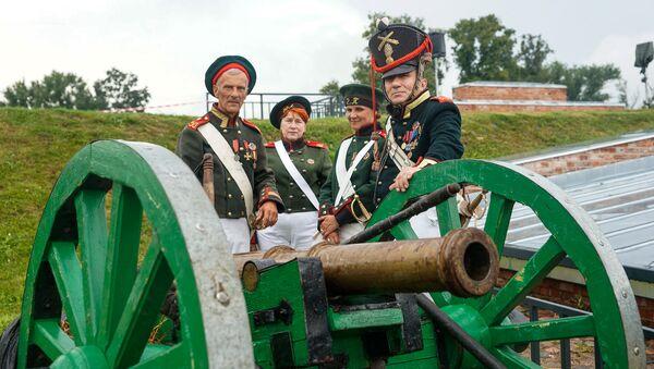 Крепостная артиллерия выведена на позиции. Традиционный фестиваль реконструкции событий 1812 года Dinaburg-1812 - Sputnik Латвия
