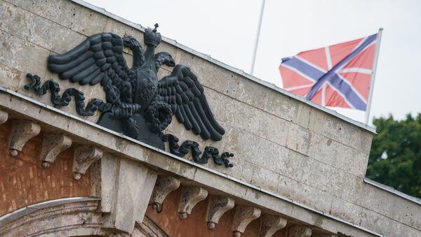 Герб Российской империи над Николаевскими воротами Динабургской крепости - Sputnik Латвия