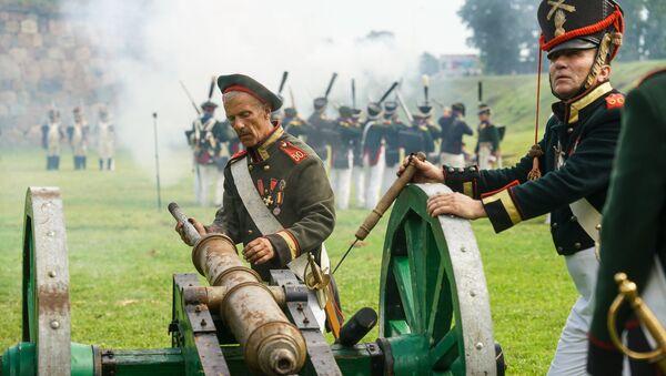 Артиллеристы готовят пушку к выстрелу. Традиционный фестиваль реконструкции событий 1812 года Dinaburg-1812 - Sputnik Латвия