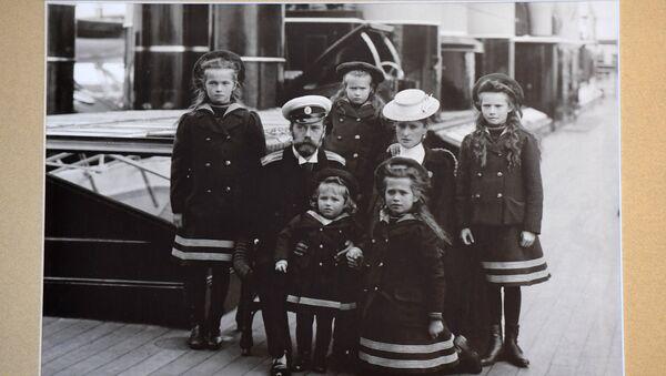 Фотография семьи Государя Императора Николая II на палубе императорской яхты Штандарт (1907 г.) в музее святой царской семьи в Екатеринбурге - Sputnik Latvija