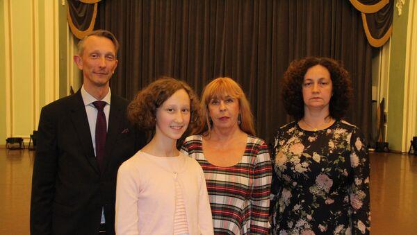 Зоя Тупанова-Родман (вторая справа) и генеральный консул Эстонии в Санкт-Петербурге Карл Эрик Лаантеэ Рейнтамм с супругой и дочерью - Sputnik Латвия