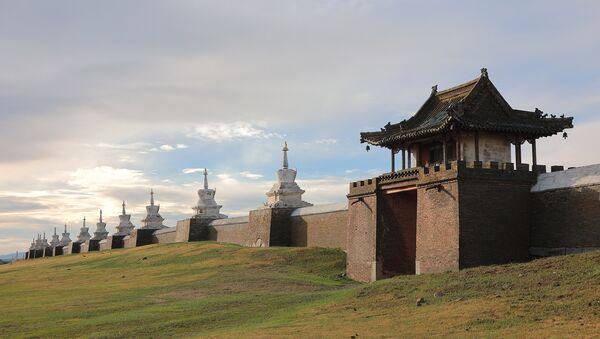 Стена одного из старейших буддийских дацанов Монголии - Эрдэнэ-Зуу, который построили на камнях из стен Каракорума - Sputnik Латвия