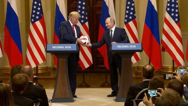 Путин вручил Трампу футбольный мяч чемпионата мира - 2018 - Sputnik Латвия