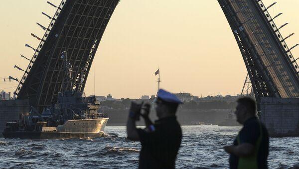 Базовый тральщик на репетиции парада в честь Дня Военно-морского флота в акватории Невы в Санкт-Петербурге - Sputnik Латвия