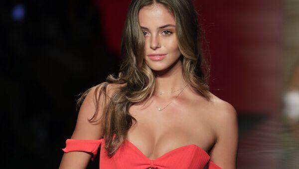 Модель представляет коллекцию купальников бренда Montce на Неделе пляжной моды в Майами, США - Sputnik Latvija