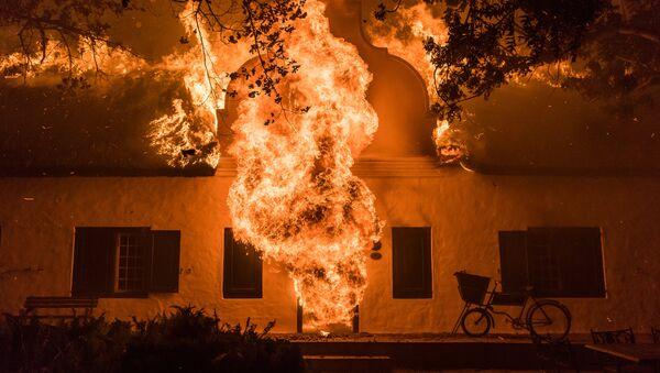 Документальная хроника фотожурналиста из Кейптауна Джастина Салливана В огне: за гранью - Sputnik Latvija