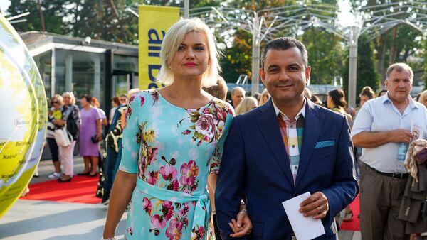 Латвийский политик и врач Хосам Абу Мери с телеведущей Линдой Круминей - Sputnik Латвия