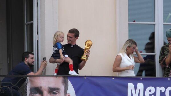 Гризманн привез кубок ЧМ-2018 по футболу в родной город Макон - Sputnik Латвия