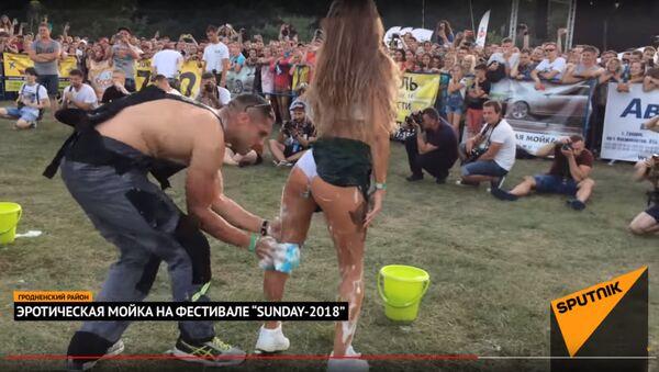 Эротическая мойка на автофестивале SunDay-2018 в Гродно - Sputnik Latvija