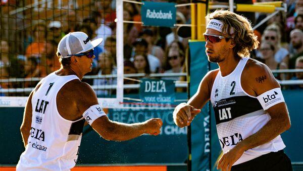 Латвийцы Янис Шмединьш (слева) и Александр Самойлов в финале чемпионата Европы по пляжному волейболу в Нидерландах - Sputnik Латвия
