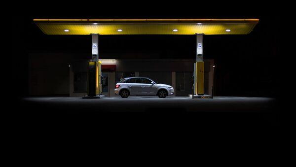 Заправка автомобиля на автозаправочной станции - Sputnik Латвия