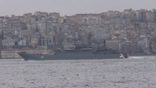 Десантный корабль ВМФ РФ прошел Босфор в сопровождении турецких катеров - Sputnik Латвия