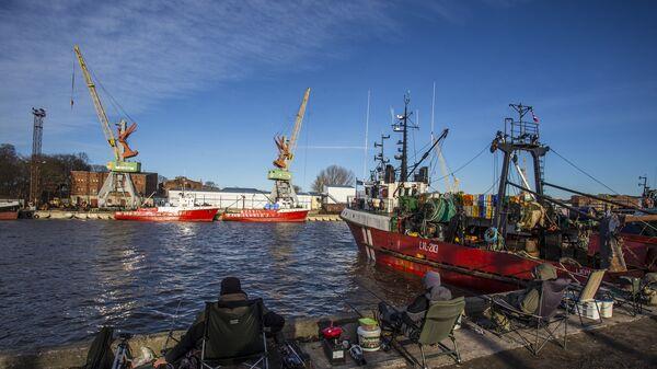 Рыбаки в порту Лиепаи. - Sputnik Латвия