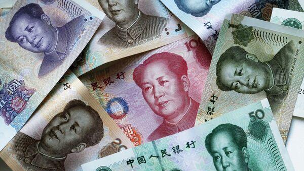 Китайские денежные купюры-юани. - Sputnik Latvija