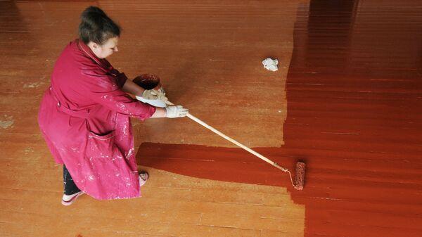 Уборщица красит пол - Sputnik Латвия