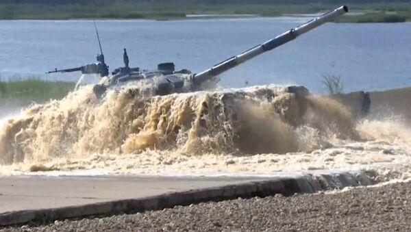 Tanku biatlons: ātrgaitas manevri un tieša šaušana - Sputnik Latvija