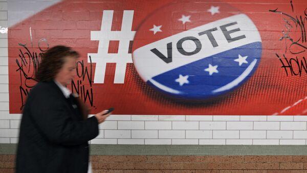 Garāmgājēja pie ASV prezidenta vēlēšanu kampaņas plakāta Ņujorkā - Sputnik Latvija