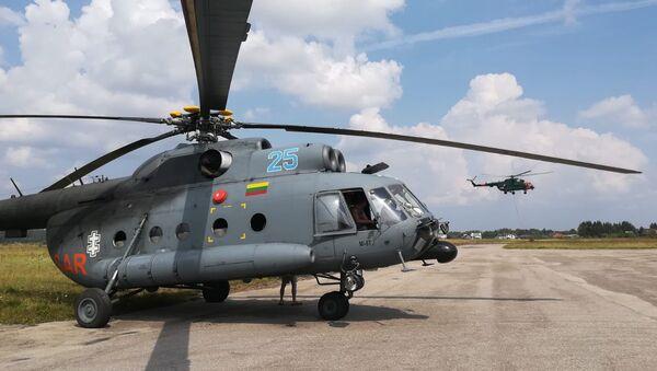 Lietuvas un Latvijas armijas helikopteri, kas piedalās ugunsgrēka dzēšanā Talsu novadā - Sputnik Latvija