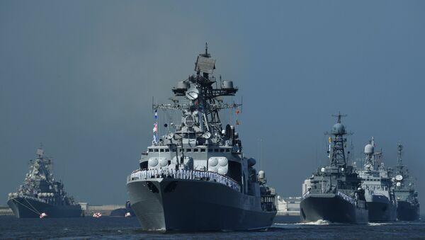 Большойпротиволодочныйкорабль проекта1155 Североморск (в центре) на главном военно-морском параде в Кронштадте - Sputnik Латвия