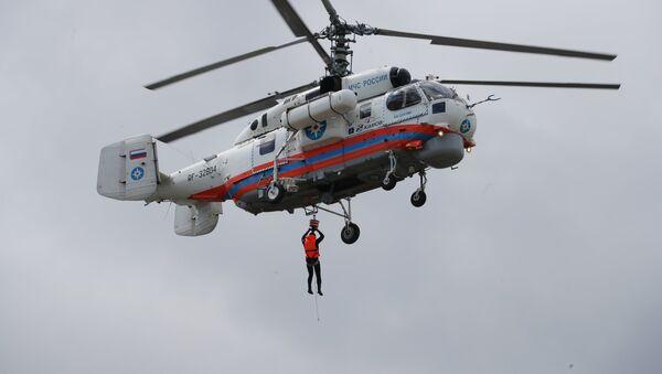 Вертолет противопожарной службы МЧС РФ Ка-32А во время пожарно-тактических учений - Sputnik Латвия