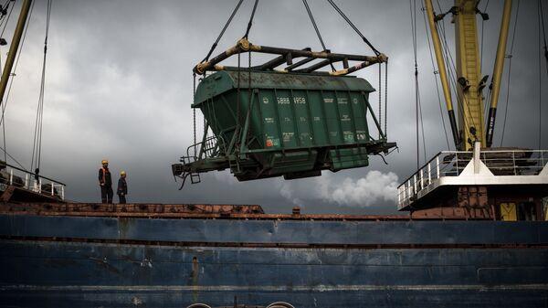 Выгрузка вагона с зерном в порту - Sputnik Латвия