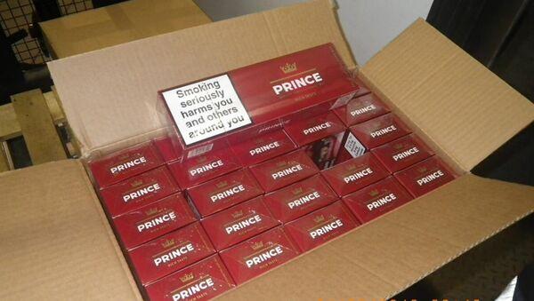 Таможенники обнаружили 2,4 миллиона сигарет в грузе с особыми дровами для топки каминов - Sputnik Латвия