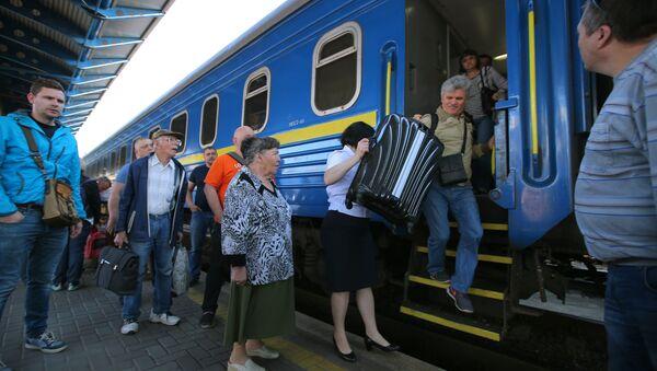 Пассажиры поезда №005 Украина по маршруту Москва-Киев на перроне Центрального вокзал в Киеве - Sputnik Латвия