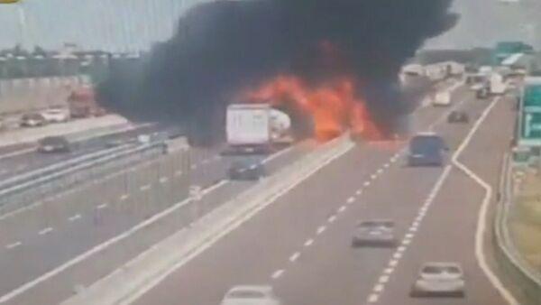 Момент взрыва бензовоза в Испании попал на видео - Sputnik Латвия