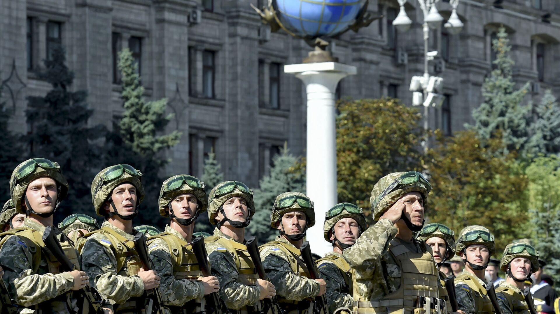Военнослужащие ВСУ на марше в честь Дня Независимости в Киеве - Sputnik Латвия, 1920, 18.08.2021