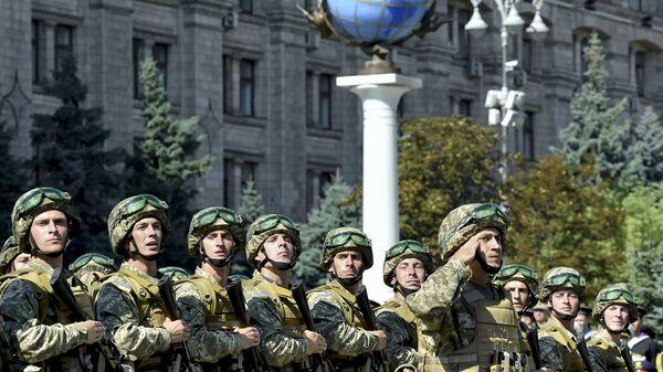 Военнослужащие ВСУ на марше в честь Дня Независимости в Киеве - Sputnik Latvija