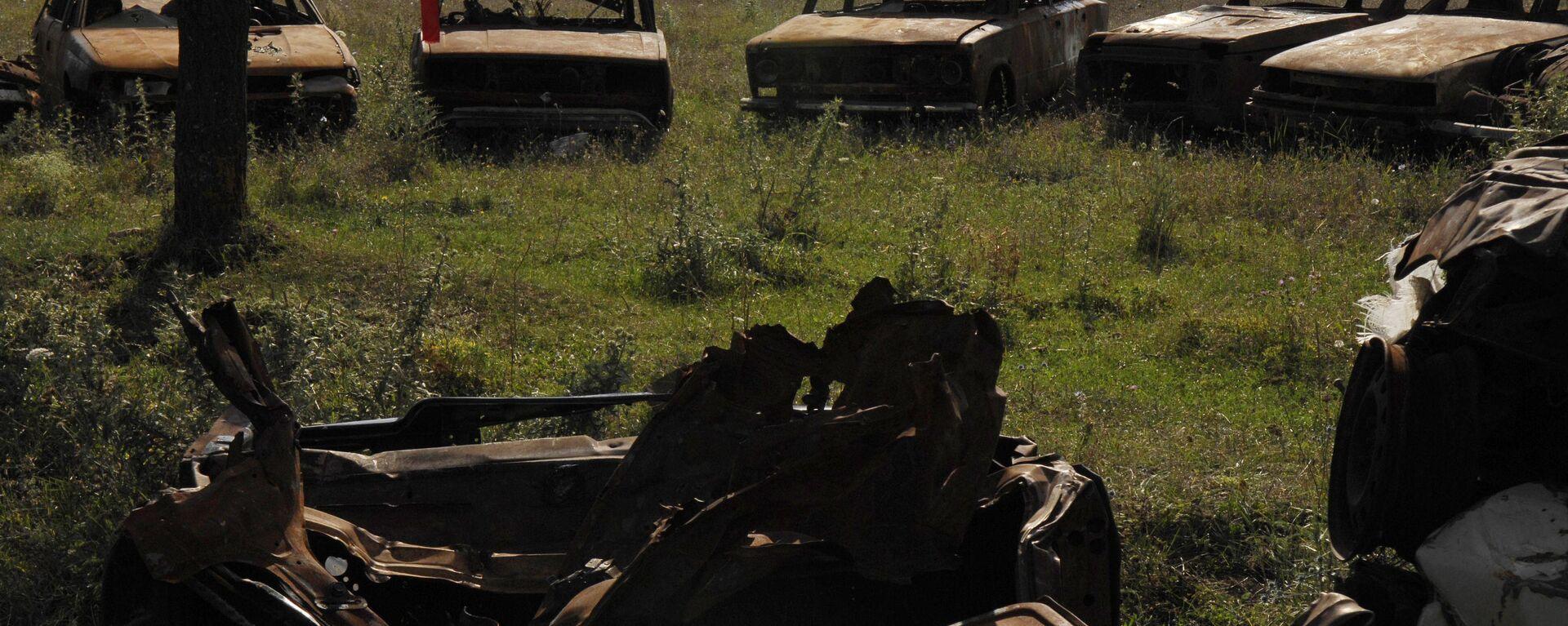 Кладбище автомобилей, в каждом из которых во время военных действий в августе 2008 года погибли жители города Цхинвали - Sputnik Latvija, 1920, 08.08.2020