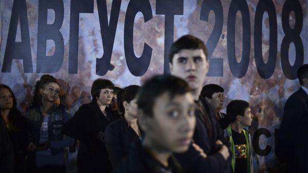 Vietējie iedzīvotāji Chinvalas centrālajā laukumā sēru pasākumos, kas veltīti traģisko notikumu piemiņai Dienvidosetijā - Sputnik Latvija