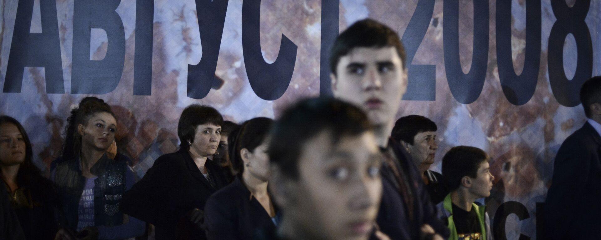 Vietējie iedzīvotāji Chinvalas centrālajā laukumā sēru pasākumos, kas veltīti traģisko notikumu piemiņai Dienvidosetijā - Sputnik Latvija, 1920, 09.08.2018
