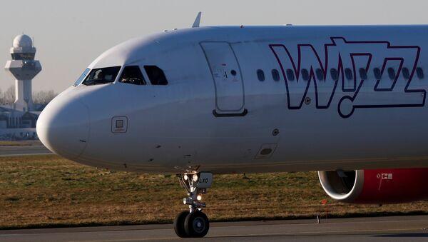 Самолет компании Wizz air в международном аэропорту в Варшаве, Польша - Sputnik Латвия