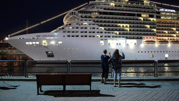Люди фотографируют круизный суперлайнер MSC Splendida у пирса морского вокзала во Владивостоке - Sputnik Латвия